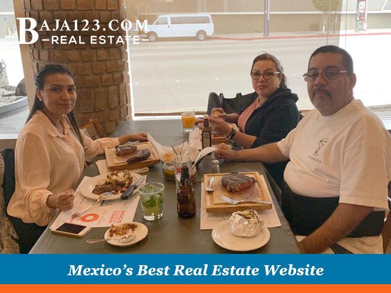 Happy clients with Faby Delgado in Las Olas Grand