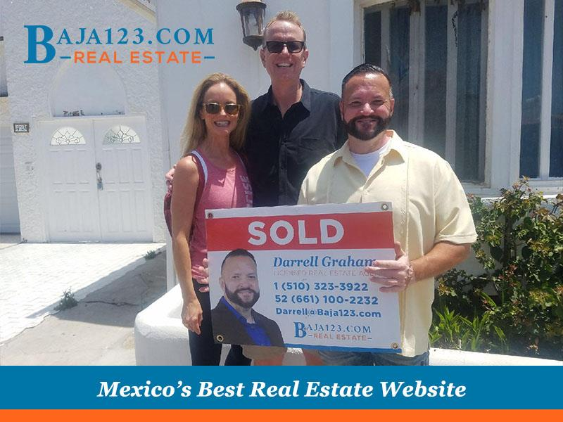 Closing a deal with satisfied clients in Castillos Del Mar