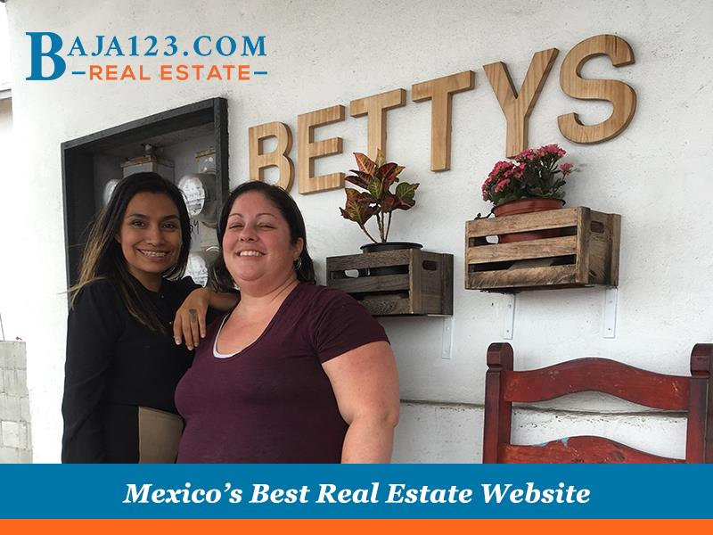 Faby visiting a friend at Betty's burgers