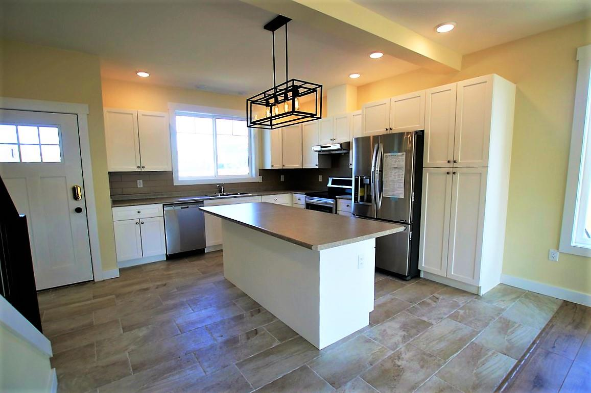 Stunning New Kitchen with Stainless Steel Appliances!