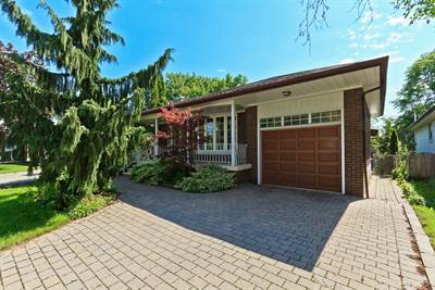 Spacious 3 Bedroom Family Living! Beautiful Etobicoke Grounds!!