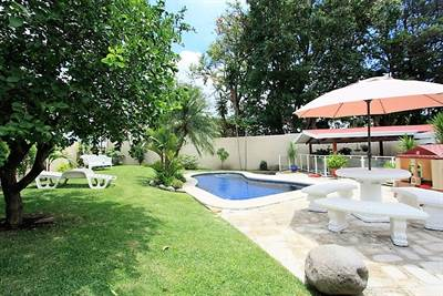 Los Laureles de Escazu one level house with pool