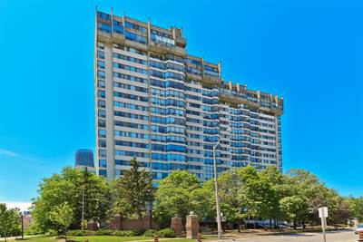 Open Concept 2 Bedroom Condo! Mississauga City Centre!