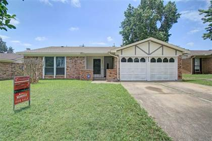 Residential for sale in 924 W Embercrest Drive, Arlington, TX, 76017